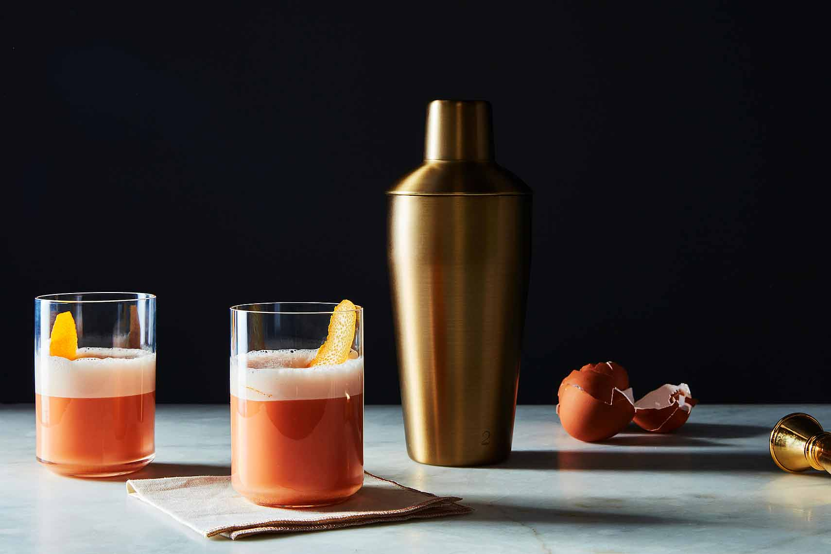 2016-1128_izola_matte-gold-cocktail-shaker_email_james-ransom-136